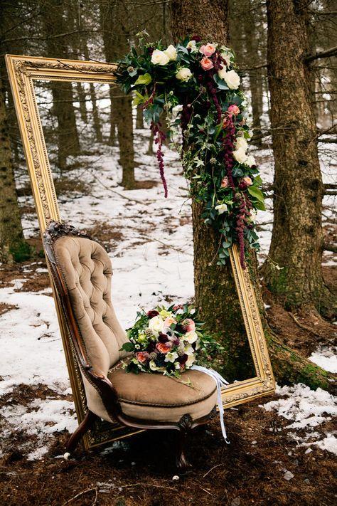 esküvői kreatív fotóhátterek - erdei képkeret fotellel