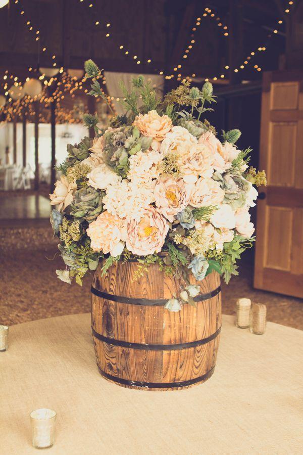 esküvői stílus - rusztikus hordó virággal
