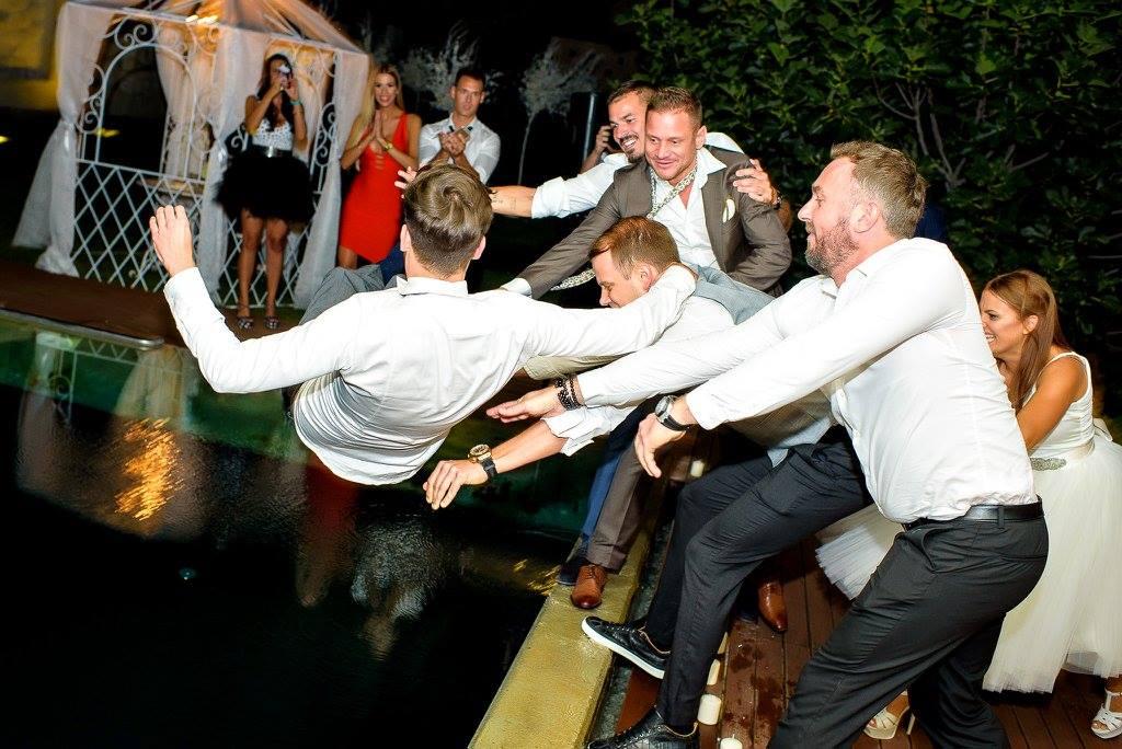 Borzi Vivien esküvő - vőlegény a medencében
