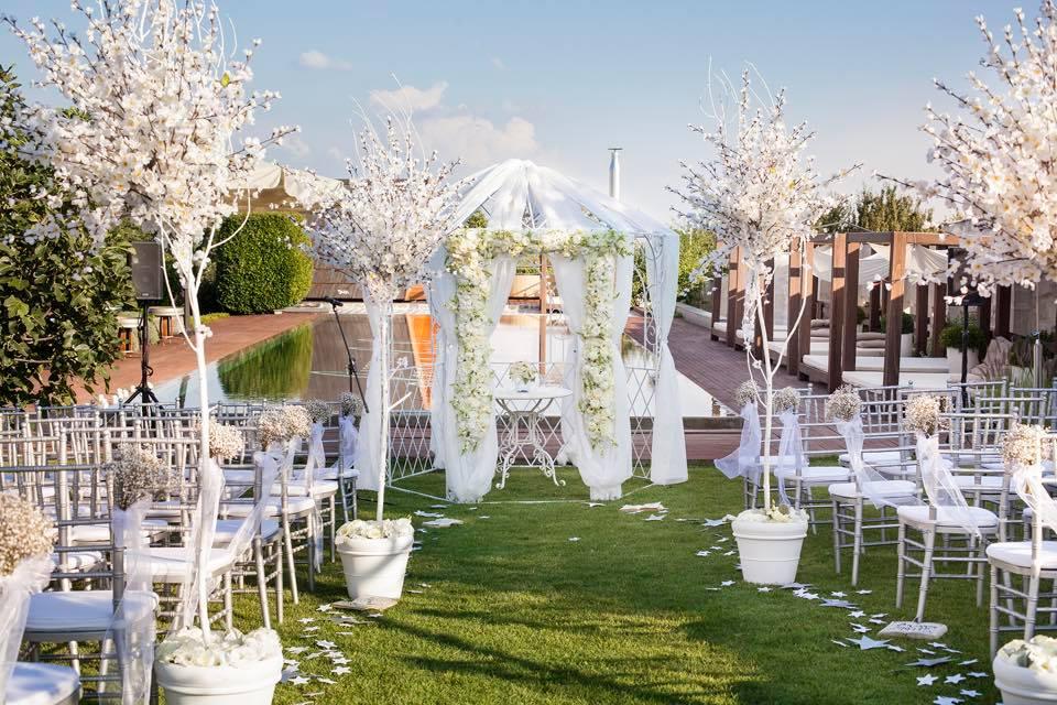 Borzi Vivien esküvő - fehér dekoráció