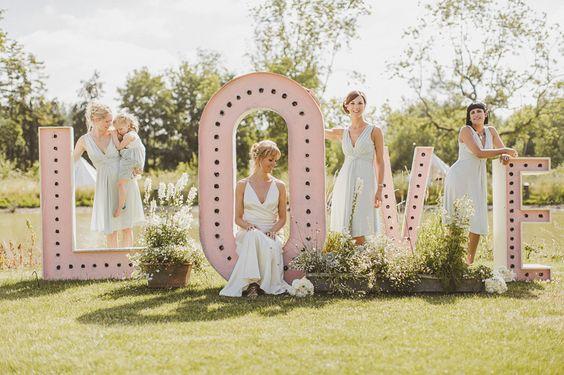 esküvői kreatív fotóhátterek - óriás betűk LOVE