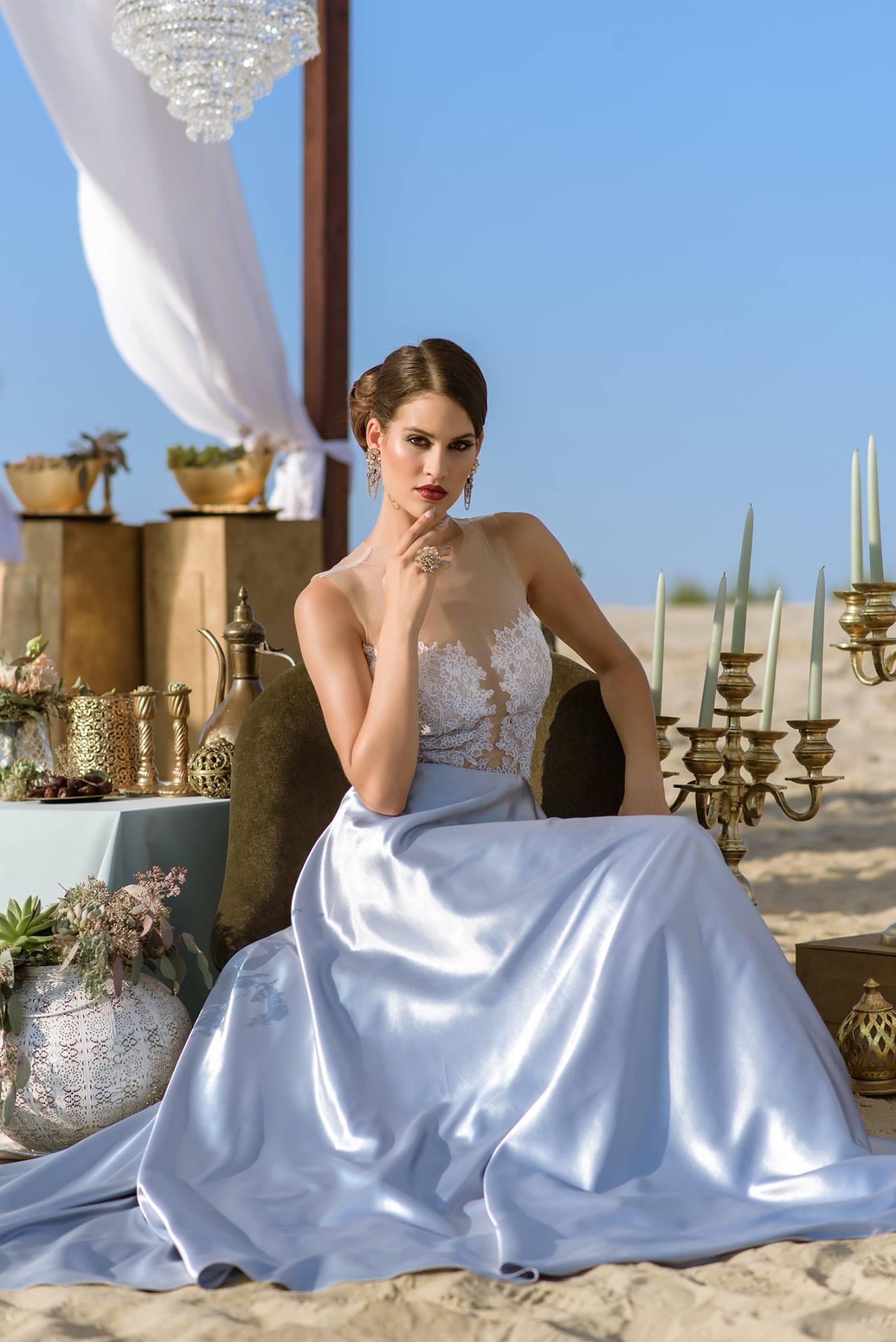 Nagy Ágota - Oázis menyasszonyi ruha - szatén ülve elölről