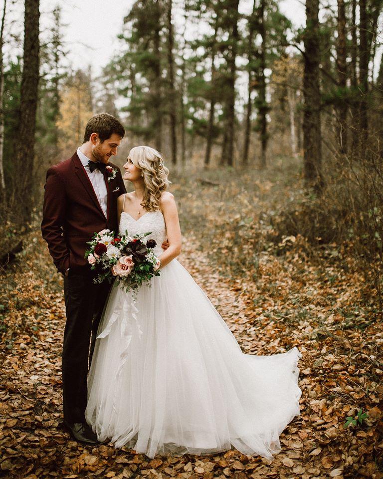 őszi esküvői fotó erdő