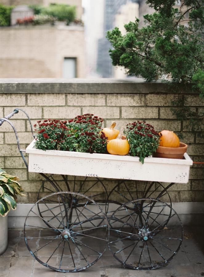 őszi esküvői dekoráció kiskocsi